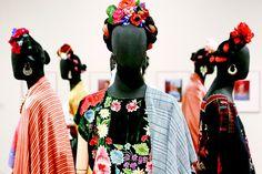 Exposição 'Frida Kahlo: Conexões Entre mulheres Surrealistas do México', que mostra 30 obras, além de acessórios e suas roupas exóticas e coloridas, na Caixa Cultural