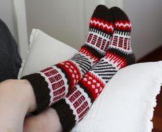 Puna-ruskea-valkoiset Anelmaiset siskolle. Sain väriyhdistelmästä vision, joka oli pakko toteuttaa j - lankavallankumous Sexy Socks, Thick Socks, Crochet Socks Pattern, Knit Crochet, Knitting Socks, Knit Socks, Leg Warmers, Mittens, Cross Stitch