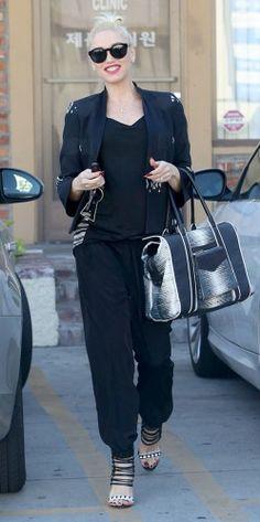 Η ροκ, Gwen Stefani, δεν θα μπορούσε να μην λέει «ναι» στο μαύρο που συμπληρώνει ιδανικά το στυλ της, ακόμα και το πιο casual, όπως αυτό της...