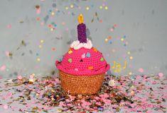 Wij delen graag het gratis patroon van de birthday cupcake! Dit gebakje heeft vrolijke kleuren, eeb glitter kaarsje en het speelt 'happy birthday' af.