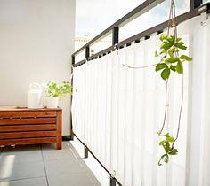 """Der Sicht- und Windschutz """"Dyning"""" verleiht Ihrem Balkon ein freundliches, sommerliches Ambiente. Den Stoff aus robustem Polyestergewebe gibt es in Weiß und..."""