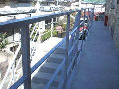 アパートの鉄骨廊下と階段