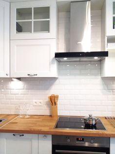 Маленькая белая кухня в скандинавском стиле из массива ясеня. Красится в любые цвета на заказ по раскладке RAL и Wood Color, может быть любого размера.