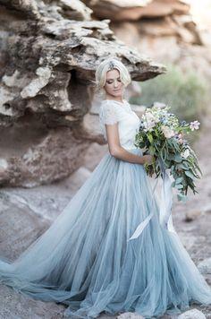 Trouwen in een gekleurde bruidsjurk! Of toch niet?: https://albertoaxu.com/trouwen-in-een-gekleurde-bruidsjurk/