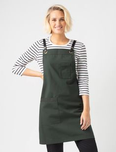 The Tom Bib Apron in Forest with Black Straps takes sophistication to a new level. Designed in our shorter, edgier length, it is the perfect apron for crews on the go Cafe Uniform, Waiter Uniform, Cute Aprons, Aprons For Men, Amman, Capsule Wardrobe, Jean Apron, Green Cafe, Cafe Concept