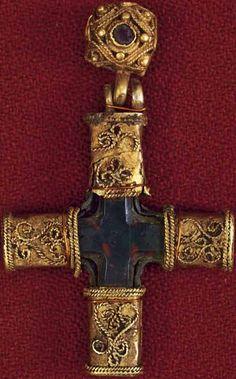 Крест-корсунчик. XII век. Старая Рязань. Золото, гранат, гелиотроп; резьба, тиснение, скань. ГРМ