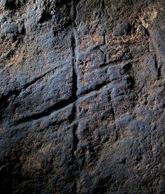 """Hallado un grabado """"geométrico"""" hecho por neandertales  Expertos de España, Francia y Reino Unido descubren un dibujo rupestre en Gibraltar hecho hace más de 39.000 años. El hallazgo, dicen, confirma que los neandertales tenían un pensamiento complejo como el de los humanos actuales"""