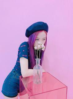 Your source of news on YG's current biggest girl group, BLACKPINK! Kpop Girl Groups, Korean Girl Groups, Kpop Girls, Violet Aesthetic, Kpop Aesthetic, Blackpink Jisoo, Kim Jennie, Yg Entertainment, Blackpink Wallpaper