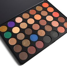 A glamorous eyeshadow palette.With a combination of colours, Eyeshadow Palette Gorgeous creates professional, crease-free eye looks. Consisting of 17 matte and 18 shimmering shadows, transition makeup