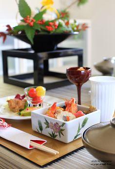 和モダン ぼんぼりワインカップに前菜や先付を盛り付け Japanese Table, Japanese New Year, Japanese Dishes, Japanese Food, Red Table Settings, Japanese Colors, Table Setting Inspiration, Eat Happy, How To Eat Better