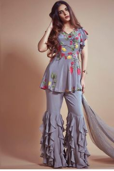 Designer Dresses for teens Pakistani Dresses Casual, Indian Gowns Dresses, Indian Fashion Dresses, Dress Indian Style, Pakistani Dress Design, Indian Designer Outfits, Pakistani Ladies Dress, Latest Pakistani Fashion, Sharara Designs