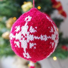 Christmas bauble knitting pattern from advent calendar day 11