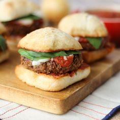 """Mini-burgers au poulet et parmesan en croûte de céréales All-Bran<sup style=""""font-size:70%; line-height:0px;"""">*</sup>"""