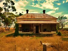 Experience passion in the outback & love stories set in rural Australia. Australian Bush, Australian Homes, Abandoned Buildings, Abandoned Places, Queenslander House, Old Cottage, Australian Architecture, Old Farm Houses, Australia Travel
