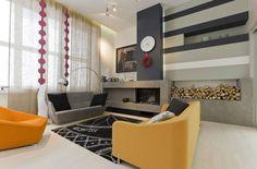 meghatározott nappali retro stílusban - sárga kárpitozott bútorok és fal csíkos