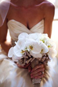 bruidsboeket met phalaenopsis met een afwerking van lint en strass