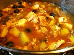 how to prepare fish casserole at home. A cheap and easy recipe to serve on Xmas's eve. An healthy and tasty dish served with potatoes and black olives. Fish Casserole, Cheap Easy Meals, Jambalaya, Tasty Dishes, Cheeseburger Chowder, Curry, Dinner, Vegetables, Healthy