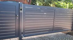 Conjunto de puerta peatonal + columna + puerta de garaje con líneas horizontales detalle portero electrico