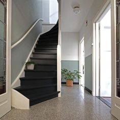 Trap verven: tips, inspiratie en voorbeelden Home Entrance Decor, House Entrance, Custom Home Builders, Custom Homes, Halle, Open Trap, Happy New Home, Hallway Designs, Stair Decor