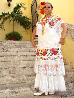 """A partir de la Conquista española, este estado sobrellevó numerosas invasiones de barcos piratas, por lo que sus habitantes rodearon la ciudad con murallas de las que aún quedan ruinas. El vestido, que tiene la influencia de las faldas europeas, blusas mestizas y babuchas del Medio Oriente, se usaba en fiestas en las que se bailaba la típica """"guaranducha"""", cuya melodía tiene influencias caribeñas, españolas y mayas.  Campechana Mestiza - See more at…"""