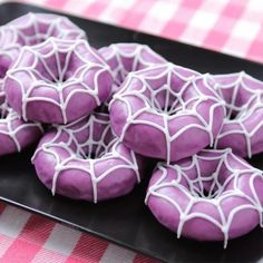 We made Spider Donuts from the video game Undertale! We made Spider Donuts from the video game Undertale! Source by momlovesbaking Halloween Donuts, Halloween Desserts, Soirée Halloween, Halloween Torte, Pasteles Halloween, Halloween Backen, Halloween Treats For Kids, Halloween Party Themes, Purple Halloween