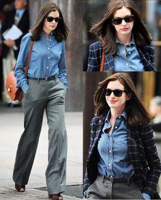 Outono e inverno by Anne Hathaway! A atriz apostou num conjunto composto por blusa azul, soltinha e calça flare, cinza. Com acréscimo de óculos escuro, bolsa marrom e blazer quadriculado, azul marinho. Uma ótima combinação de tons e peças, para trabalhar! #flarepants #workstyle #creative