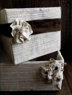 DIY fabric bins from cardboard boxes Fabric Covered Boxes, Fabric Boxes, Fabric Basket, Diy Storage Boxes, Cheap Storage, Storage Containers, Old Boxes, Diy Décoration, Easy Diy