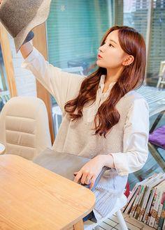 Ulzzang Korea, Knit Shirt, Long Hairstyles, Daniel Wellington, Korean Fashion, Fashion Models, Vest, Knitting, Pretty