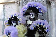 Dos trajes del carnaval de Venecia, Italia. I really want to go back to Venice when the carnival is on!
