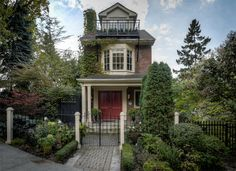 Fans of The Tragically Hip who drive around the country going from concert to concert to watch Gord Downie sing Bobcaygeon now have a chance to see inside the house of the lead singer.In June, Downie listed his 3+1 bedroom (sort of) bedroom, 4 bathroom home on a unique 44.77 x 110 foot lot in Riverdale.