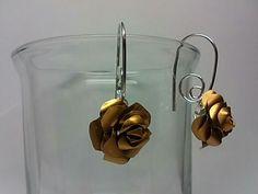 Pendientes de rosas hechas con cápsulas de Nespresso. 5€.