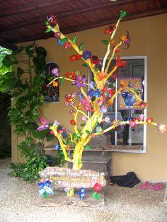 Escultura de flores de botellas plásticas