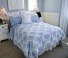 7 Fascinating Cool Tips: Shabby Chic Muebles Diy shabby chic bathroom shelf.Shabby Chic Farmhouse Home Tours shabby chic bedding pillows. Country Bedroom Blue, Cottage Style Bedrooms, Cottage Style Decor, Shabby Chic Bedrooms, Blue Bedroom, Bedroom Decor, Country Bedding, Cottage Decorating, Pretty Bedroom