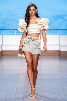 Elisabetta Franchi Milano Spring Summer 2020 Ready-To-Wear Shows Vogue.it# Summer Bikinis Elisabetta Franchi Milano ReadyToWear shows Spring Summer Vogueit Mega Fashion, 2020 Fashion Trends, Live Fashion, Fashion 2020, Runway Fashion, Spring Fashion, Fashion Show, Womens Fashion, Fashion News