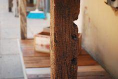 *Mesa de arrime WG  Esta mesa de arrime/cocina esta hecha con un machimbre de pinotea reciclado .Anteriormente fue el techo un una casa.  Las patas de la mesa son listones de quebracho y lapacho, y los estantes son recortes y retazos de diferentes tipos de madera.   Medidas: 2,15 x 0,60 x 0,95