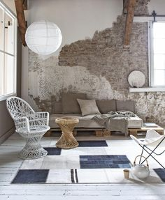 The bench consists of ramps and mattresses. Put wicker chairs en paper lamps snug around a round rug and suddenly it's a spot. It works everywhere | Styling Marianne Luning | Photographer Anna de Leeuw | vtwonen juli 2015
