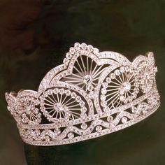 White gold crown with white diamonds by Manu & Cris Gaspari