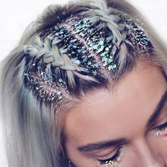♢ As hair trends go we don't think we'll ever tire of glitter roots! ♢ As hair trends g Smart Hairstyles, Straight Hairstyles, Bob Hairstyles, Hairstyle Hacks, Braided Hairstyles For Short Hair, Carnival Hairstyles, New Year Hairstyle, French Braid Hairstyles, Hairstyles Videos