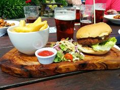 Homeveganer: Falafel-Burger mit Minz- und Chilisoße, Salat und ...