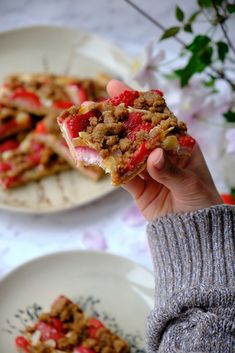 Jahodový kynutý koláč s plátky mandlí, tvarohem a drobenkou | Pavlína a Martin Lubojatzky Pavlova, Martini, Martinis