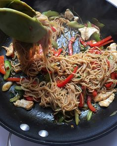 The BEST Healthy Chicken Lo Mein Recipe! An easy to make stir fry that's only 250 calories and tastes just like your favorite Asian takeout.
