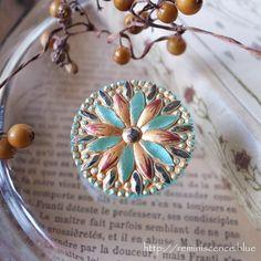 ニュアンスのあるターコイズとゴールドの調和が華やかなチェコ製のガラスボタン。