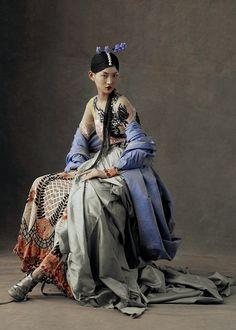 """The Peking Opera"" – lensed by Kiki Xue captures Chinese opera costumes for Harper's Bazaar China, May featuring Beijing opera singers and beauty Wangy Xin Yu Foto Fashion, Fashion Art, Editorial Fashion, Street Fashion, Womens Fashion, Fashion Design, Fashion Tips, Fashion Hacks, Classy Fashion"