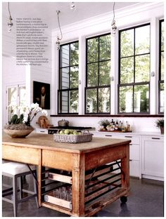 Most current Photographs Farmhouse Windows decoration Suggestions The current Farmhouse look is a major trend in design at this time, which finds its roots in from th Home Decor Kitchen, Interior Design Kitchen, Home Kitchens, Kitchen Ideas, Country Kitchen, Kitchen Wood, Moveable Kitchen Island, Kitchen Black, Luxury Kitchens