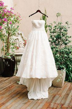 Vestido de noiva tomara que caia, evasê em renda com faixa na cintura. Foto: