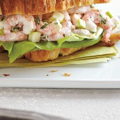Fish Sandwich, Soup And Sandwich, Crossaint Sandwich, Great Recipes, Healthy Recipes, Healthy Food, Shrimp Rolls, Ricardo Recipe, Croissant