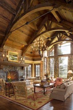Living con techo alto imponente.