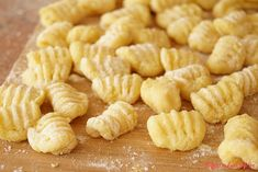 """Domácí bramborové gnocchi: """"Gnochci jsou klasika italské kuchyně. Krom soli pepře a vody budete potřebovat pouze tři ingredience. Brambory vejce a mouku. Připravit si je můžete..."""" Gnocchi, Pesto, Garlic, Vegetables, Food, Essen, Vegetable Recipes, Meals, Yemek"""