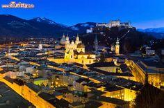 Salisburgo by night: di notte il panorama della città e che include il Castello Hohensalzburg lascia senza fiato - © Lisa S. / Shutterstock.com