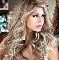 Long blonde hair / cool blonde highlights / beige blonde / wavy hair / balayage / hair color / pink lips / makeup